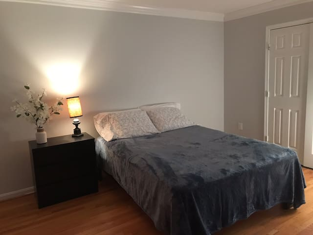 Spacious bedroom in  Reston near Metro station