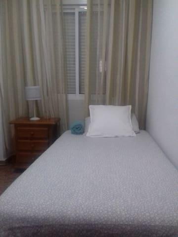 Habitación individual acogedora, en casa familiar!