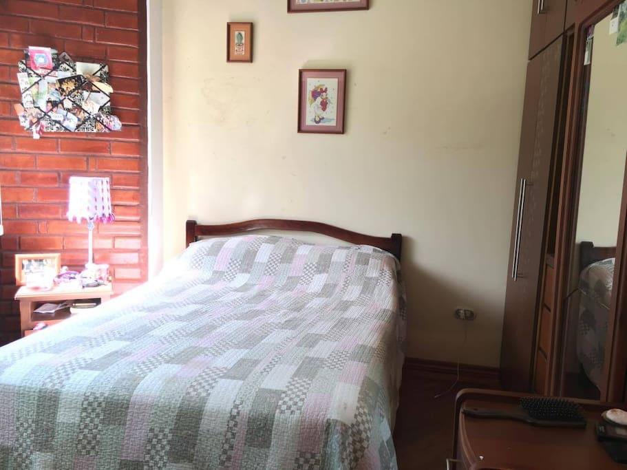 Esta habitación cuenta con baño privado, el numero de camas es flexible.