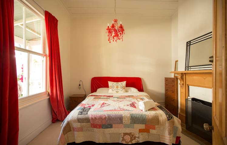 Sunny Bedroom in best Parnell location.