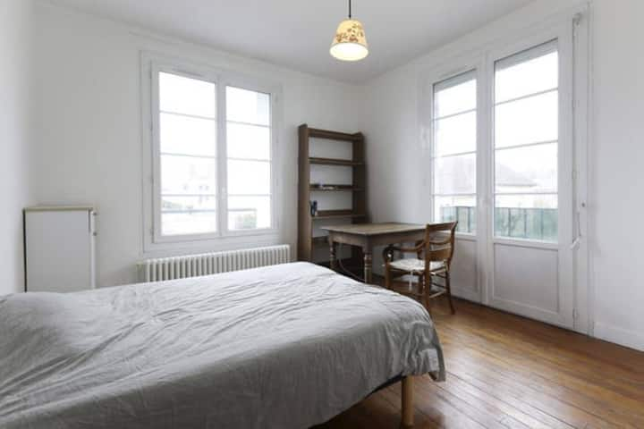 2 rooms in a lighty and very well connected flat