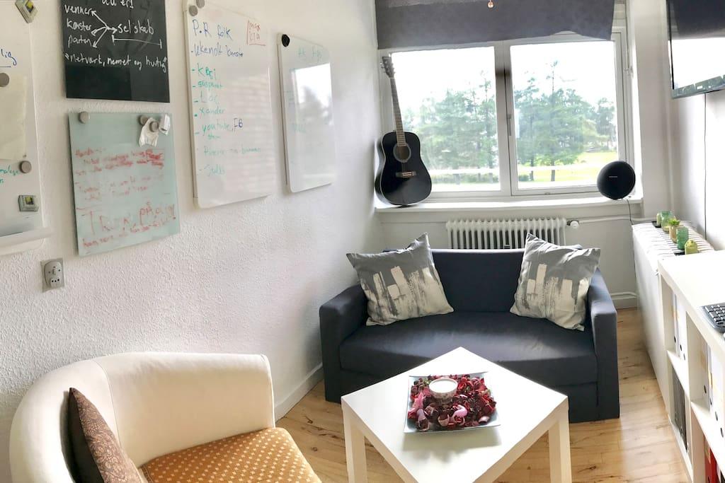 Hyggelig stue/kontor med sovesofa og skrivebord