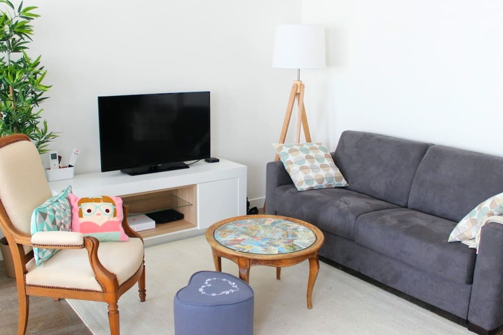 The living room with a 32' flat screen TV and a 140 cm sofa bed