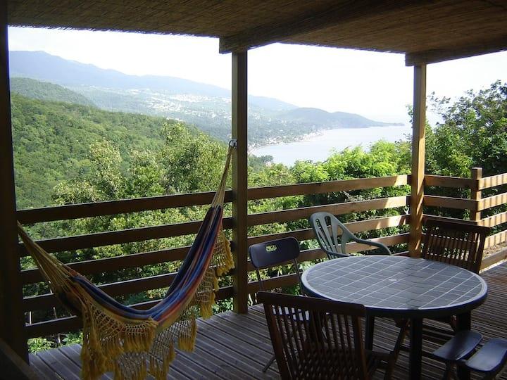 Héliconia avec terrasse et cuisine extérieure