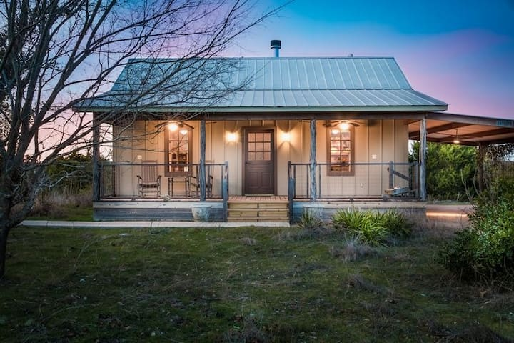 Absolutely Charming Wild Rose Cabin, Close to town, Hot Tub, Full kitchen!
