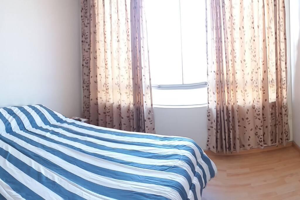 Dormitorio 1 con baño incluido, ropero empotrado, con vista al interior del condominio