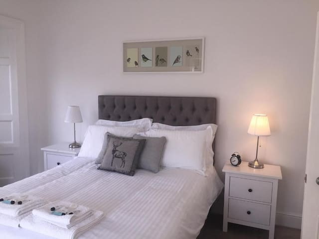 Bedroom 2 with king size Hypnos bed