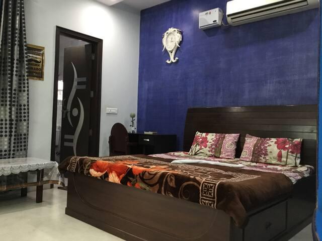 Flower Blue Private Room@ Neelam Ajronda-Faridabad
