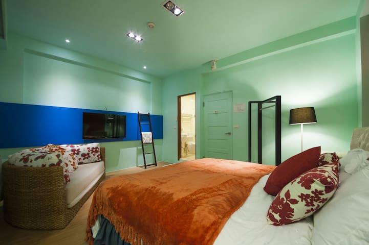 近羅東、宜蘭三星鄉2-4人的房型,有小陽臺、浴缸,是放鬆聚會的好地方。