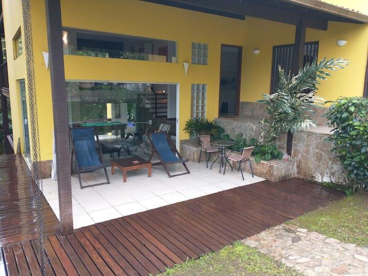 Casa em Angra condomínio particular com praia