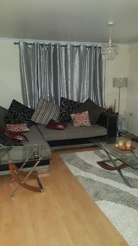 Cosy 2 bedroom flat with allocated parking space.