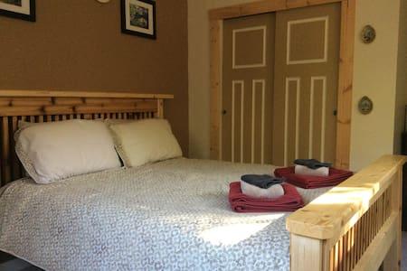 Nomadic Bull B&B - Gabriola (Cedar) - Bed & Breakfast