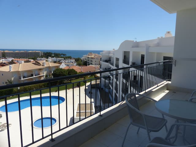Top floor 2bed apartment with pool & see view