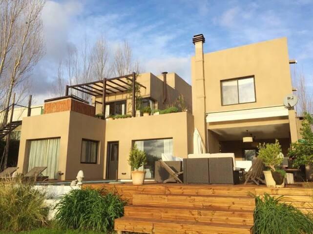 casa en barrio privado con muelle  60 ha de laguna - Rincón de Milberg - House