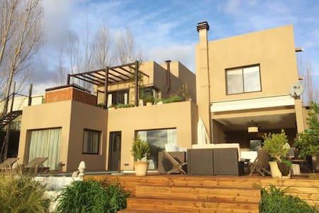 casa en barrio privado con muelle - Rincón de Milberg - Hus