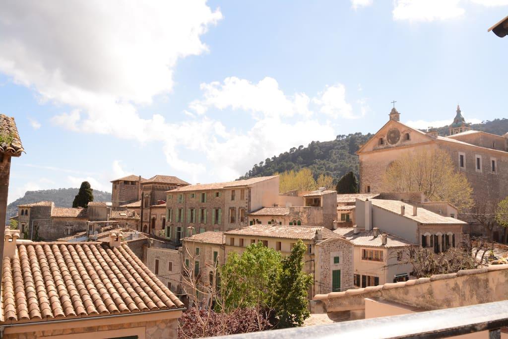 Del balcón, vistas al pueblo y Cartuja.