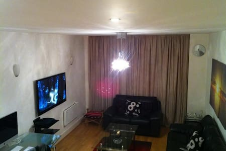 Room in modern town centre apartmnt - Chertsey - Apartment