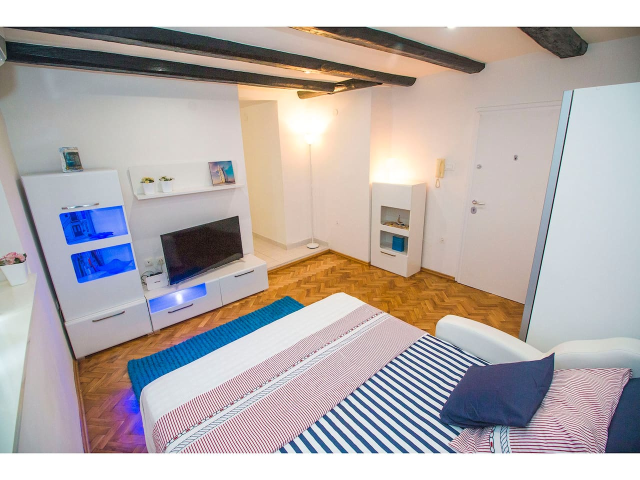 Studio apartment in the very center of the Split, less than 5 minutes walk from the historic center (Diocletian's Palace) and promenade Riva