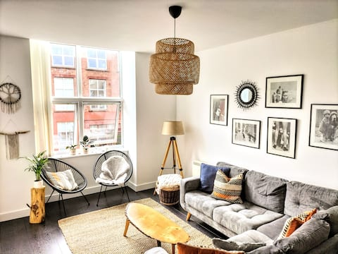 Stylish & Cosy Abode with FREE parking.