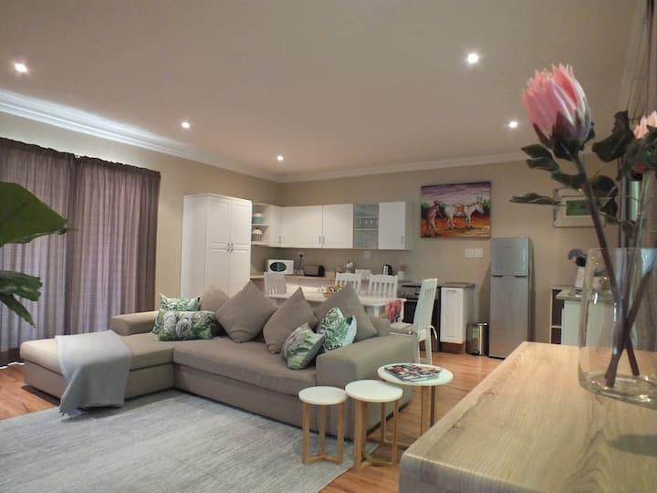 Upmarket & spacious cottage in Fourways Gardens