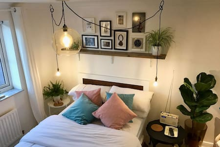 Newly refurbished, unique, quirky double bedroom - Beeston