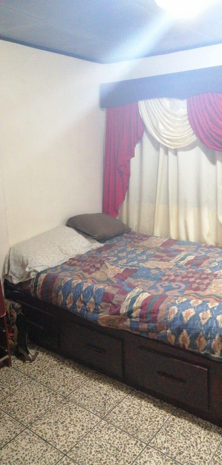 Cómodo dormitorio en casa compartida (montañosa)