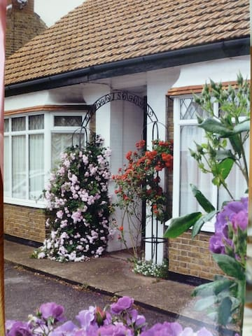 Beautiful  'Rose-Dene' with ample parking - Minster on Sea - Bungalo