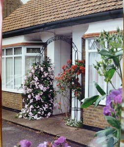 Beautiful  'Rose-Dene' with ample parking - Minster on Sea - Bungalow