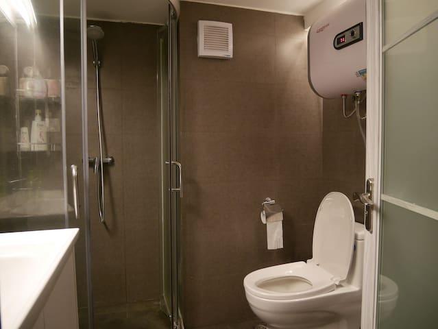 独立卫生间带洗衣机热水器等
