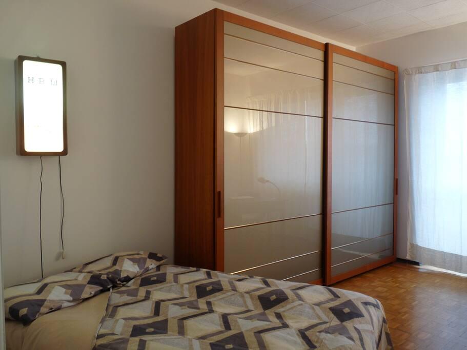 Il letto a 1 piazza e 1/2 con metà dell'armadio a tua disposizione