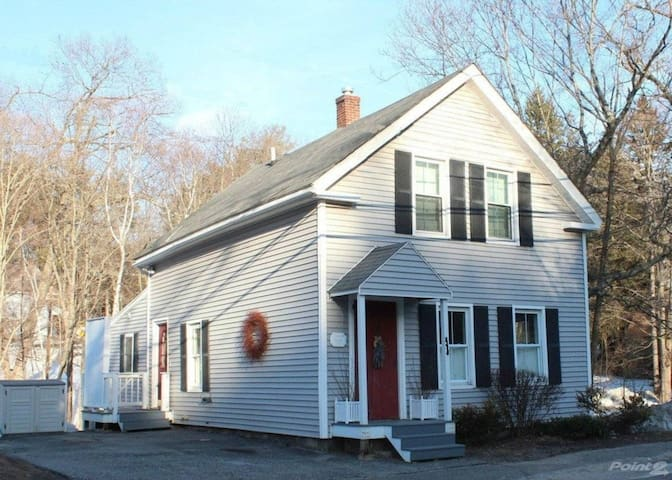 Country Charm Hopkinton - 3 Bedroom - Hopkinton