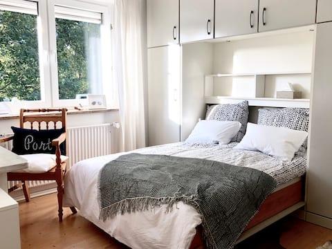 Helles Zimmer in skandinavischem Look bei Hamburg