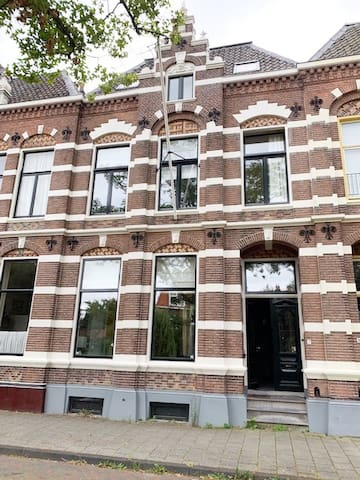 Unieke Locatie Hartje Centrum Deventer en toch in rustige buurt bij de IJssel, een schitterend zeer Royaal Herenhuis geschikt voor 2 tot 7 personen, een 8e persoon in overleg.