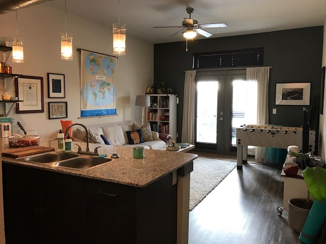 Fun and Eclectic Downtown Apartment! - Denton - Apartment