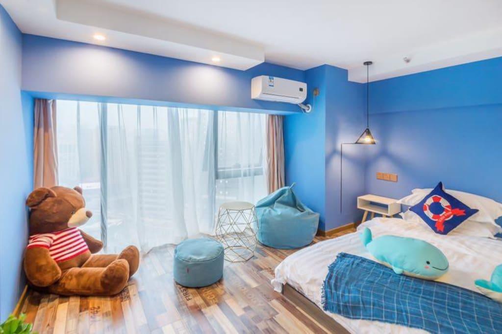 观音桥步行街双轻轨蓝色海洋1.8大床房(1.8大床 落地窗)