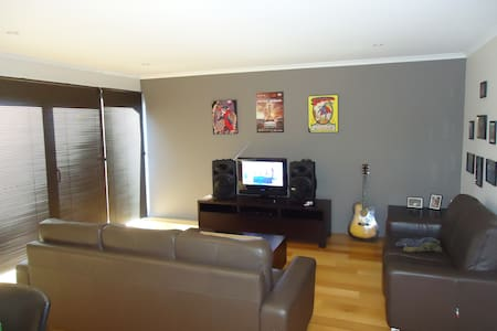 clean and classy modern apartment - Mowbray - Leilighet