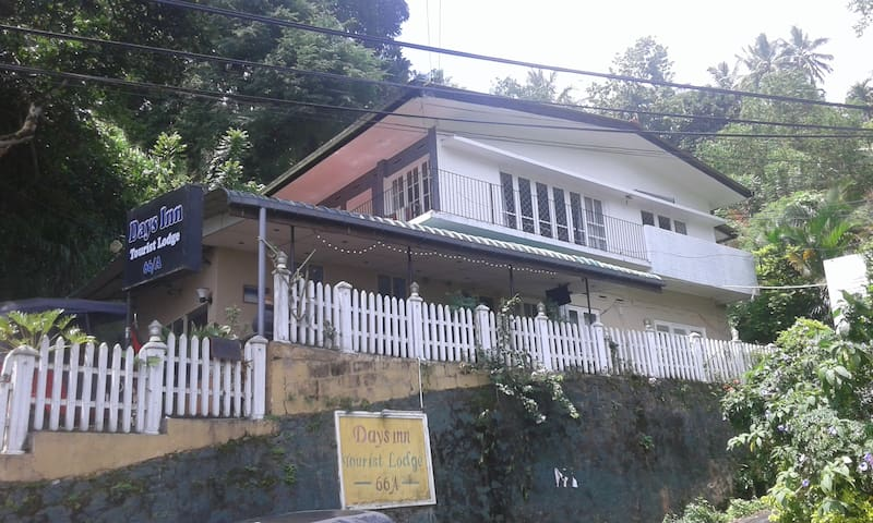 Days Triple AC Room with Cable TV & Free Wifi - Kandy - Lejlighed