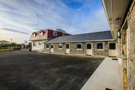 The Red Cottage & Stables - Sligo - Pensió