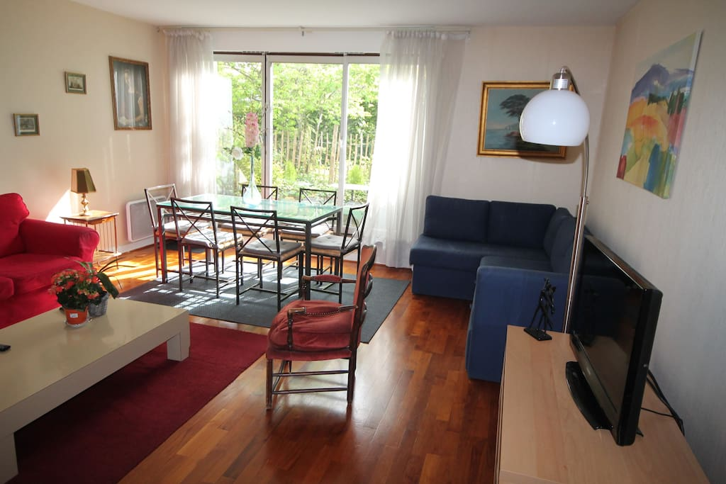 Montmartre spacious 2 bed flat garden and garage for Garage paris 18e