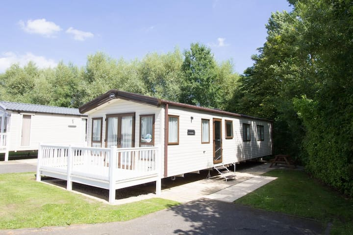 Luxury caravan for hire at Haven Hopton in Norfolk.Check in any day ref 80012SD