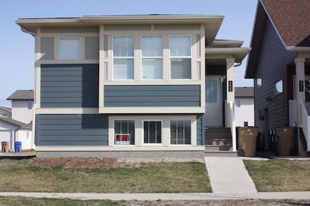 Executive 2BR/2 Bath Open Concept  ,Upper Unit A - Regina - House