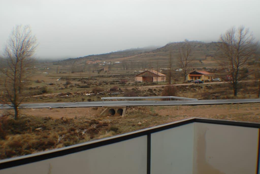 balcón con vistas abiertas. da a un riachuelo