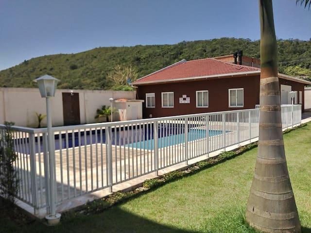 Apartamento inteiro, condomínio com piscina.