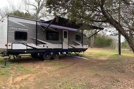Camper at Lake Whitney 7.5 acres bring your boat!