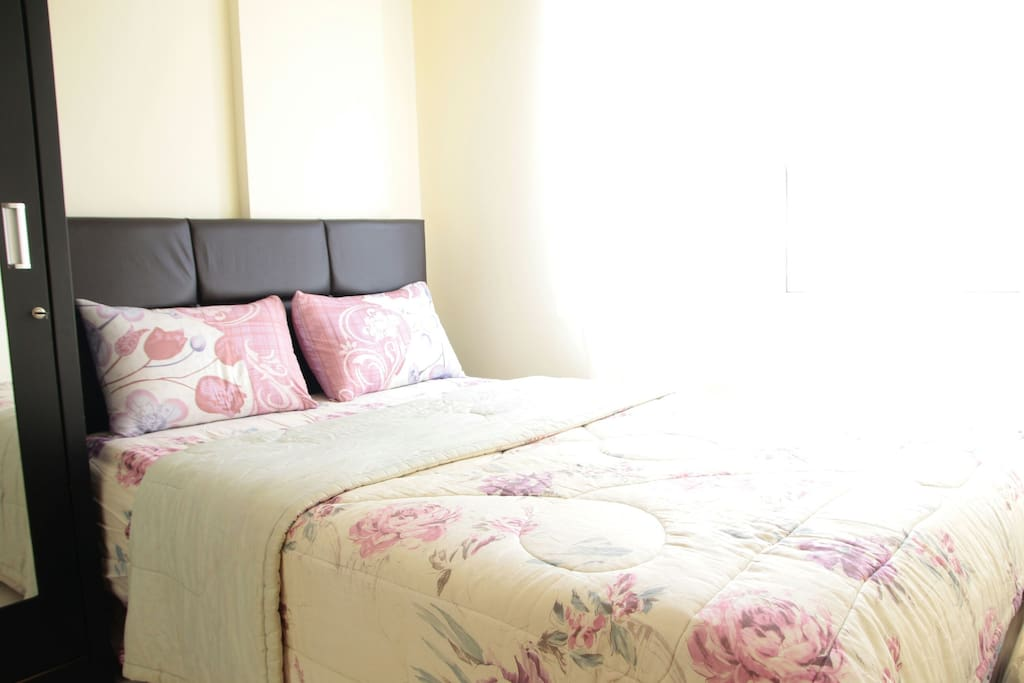 Flowery homey bed and sunshine with the view of Jakarta city lights at night, how glorious!!