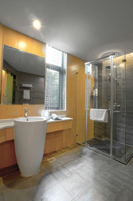 浴室不是全透明玻璃,外面还有一个磨砂拉门,干湿分离