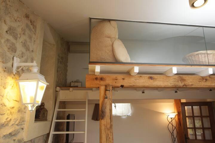 Escalier qui mène à la chambre en mezzanine