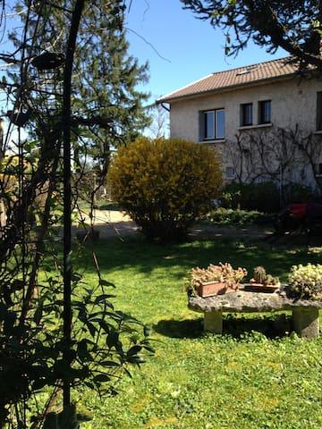 RDC Chambre calme entrée privée Villa sur jardin - Chazay-d'Azergues - Haus