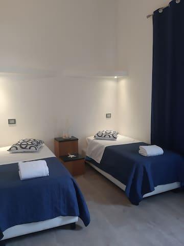 Camera con due letti singoli (unibili) con cabina armadio