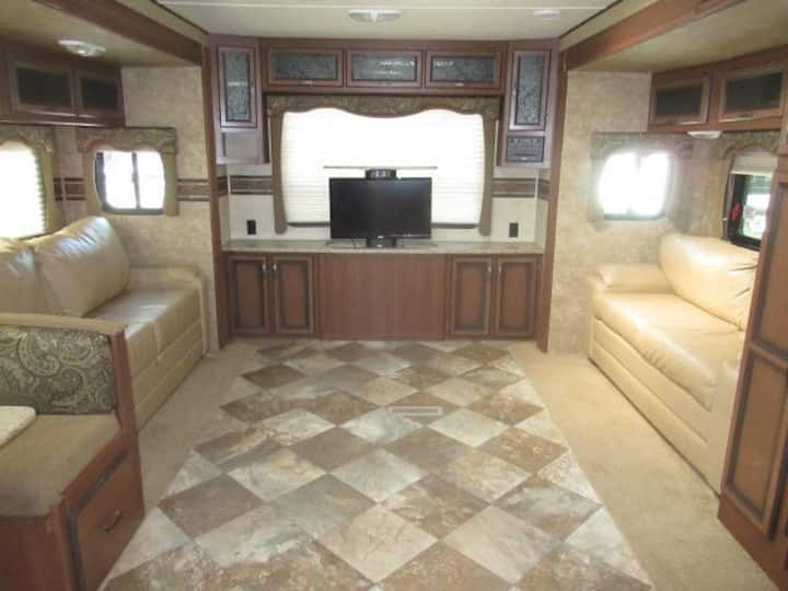 New High End RV, Fully Furnished, Peace and Quiet